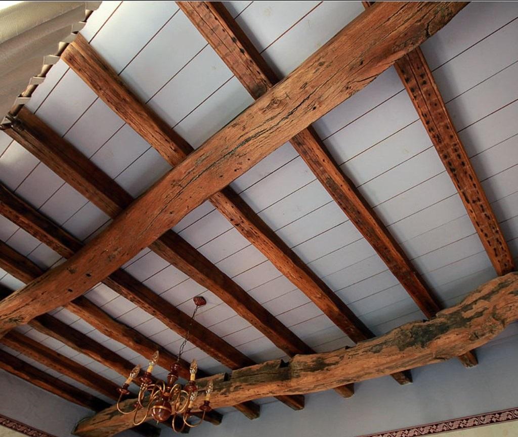 Dekorative Decke aus Holz. Das Design der Decke besteht aus Holz ...