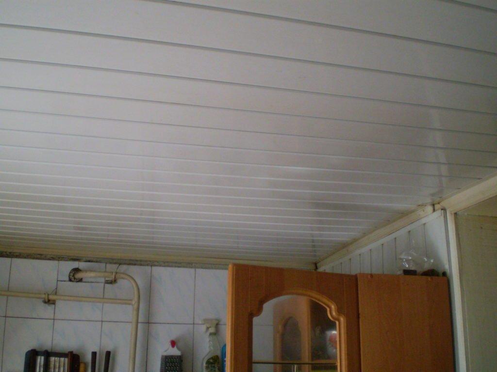 Het plafond is gemaakt van pvc panelen in de gang. videoselectie van