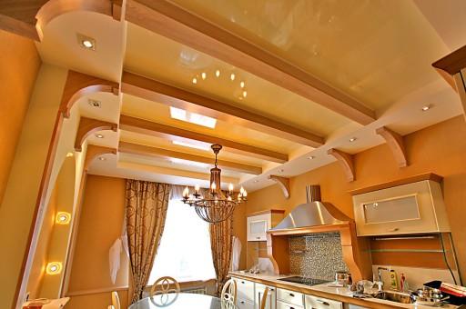 Spanndecke In Der Küche Kann Leicht Mit Holz Kombiniert Werden, Was Zu  Einem Ergebnis Mit Hohen Dekorativen Eigenschaften Führt