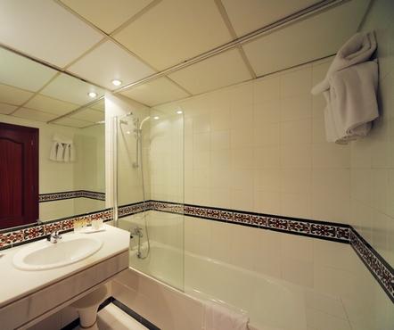 Stretch plafond in de badkamer, wat beter is. En uiteindelijk is het ...